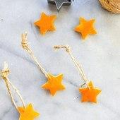 Blížia sa Vianoce  a začína obdobie plné krásnych vôní. Tu je jednoduchý a voňavý tip čo so šupkami od pomaranča 🍊Môžte si s deckami ( aj dospelákmi 🙈) spraviť príjemnú aktivitu a vykrojiť srdiečka, hviezdičky, čo len chcete a máte dostupné doma. Nezabudnite, že šupku treba odkrojiť hrubšie, aby ozdoby čo najdlhšie vydržali ✨