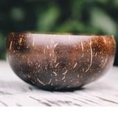 Kokosová miska je 100%  recyklovateľný produkt. Každá jedna miska je originálna a iná. Každá miska je rôzna sfarbením, tvarom, štruktúrou. Práve to ich robí výnimočnými. Nie je potretá žiadnou chémiou, len kokosovým olejom.